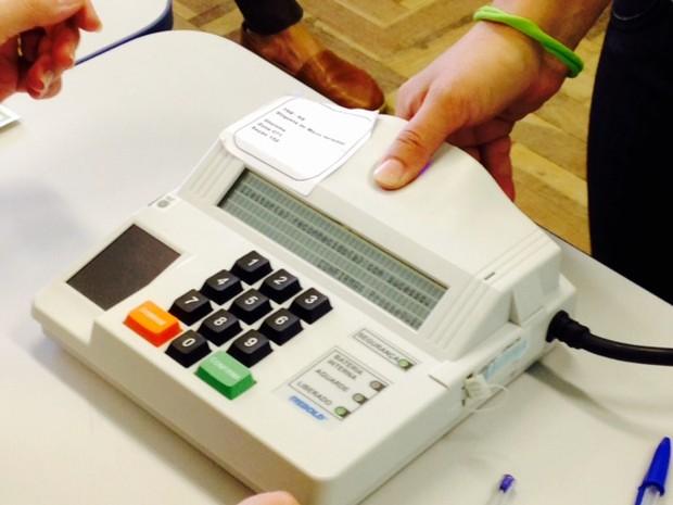 voto biométrico rs (Foto: Alexandre dos Santos/RBS TV)