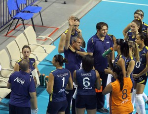 Zé Roberto Guimarães orienta jogadoras do time feminino de vôlei do Campinas (Foto: Felipe Christ / Amil)