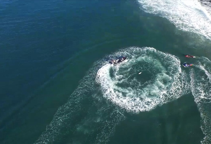 Imagem aérea do ataque de tubarão a Mick Fanning na final da etapa de Jeffreys Bay (Foto: Divulgação / WSL)