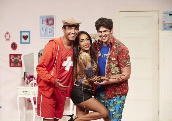 O triângulo amoroso formado pelos personagens de Silvio Guindane, Samantha Schmütz e Rafael Infante vai movimentar a nova temporada de Vai que cola (Foto: Juliana Coutinho)