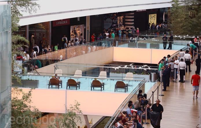 Na manhã de sábado, a fila para a Apple Store já dava a volta em toda a estrutura do segundo andar (Foto: Allan Melo / TechTudo)