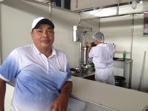 Carlos Martins trabalha como batedor de açaí há 17 anos (Foto: Fabiana Figueiredo/G1)