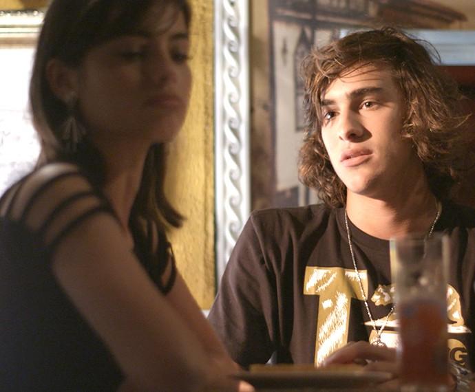 Glauco tenta enrolar, mas a peguete quer ganhar música (Foto: TV Globo)