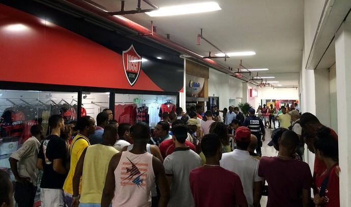 Primeiros torcedores da fila chegaram ao local ainda na madrugada desta segunda-feira (Foto: Tamires Fukutani)