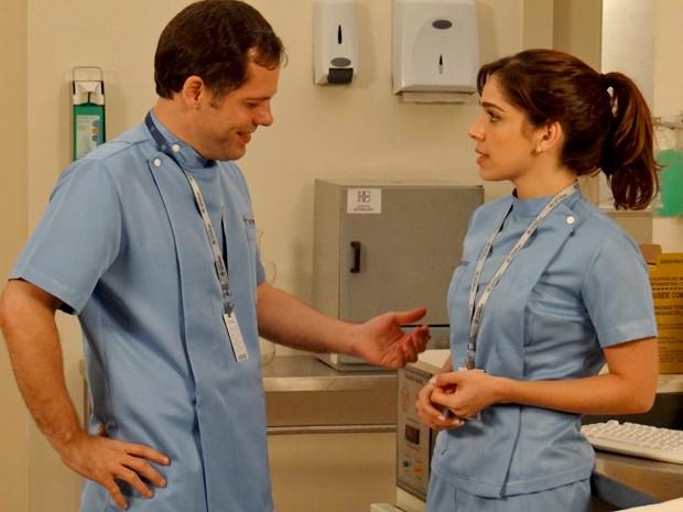 O enfermeiro dá em cima de Itália e ela disfarça (Foto: Gshow)