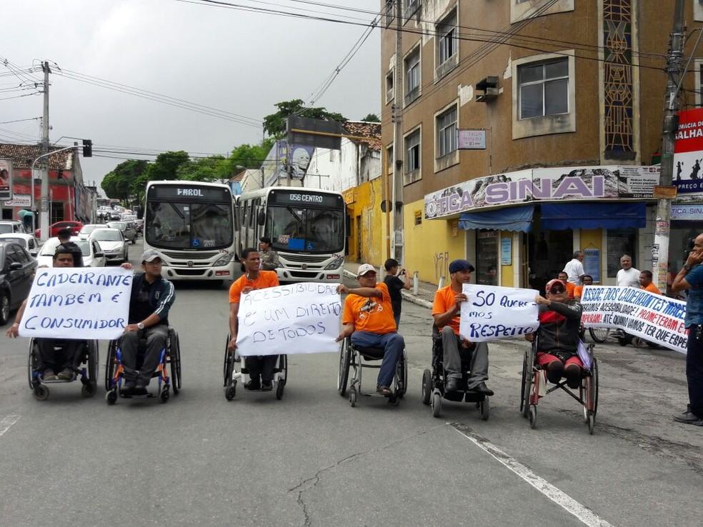 Cadeirantes bloquearam corredor de ônibus no centro de Maceió (Foto: Magda Ataíde/G1)