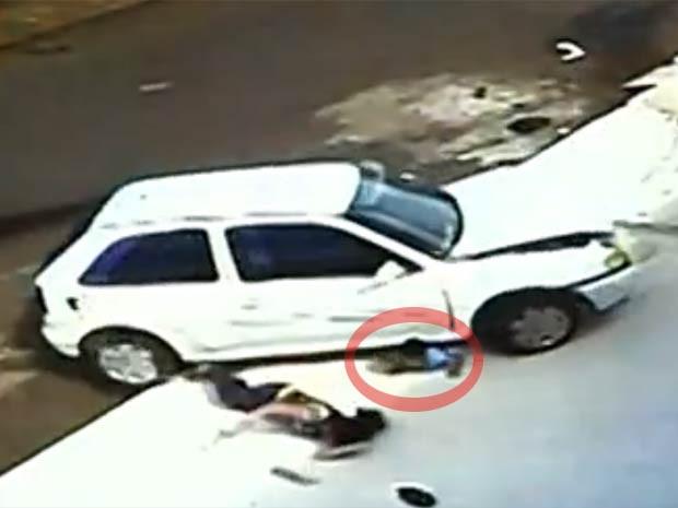 Mulher e menino foram atropelados em Anápolis (GO) (Foto: Reprodução/TV Anhanguera)