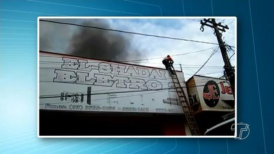 Incêndio destrói loja no centro comercial de Monte Alegre