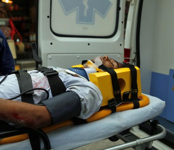 Wesley é levado para o hospital (Foto: Pedro Carrilho/Gshow)
