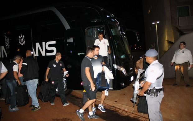 Delegação corintiana chega a Araraquara com escoltada armada (Foto: Cleber Akamine)
