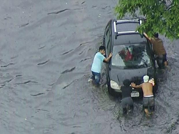 Este carro parou de funcionar e precisou ser empurrado (Foto: TV Globo/Reprodução)