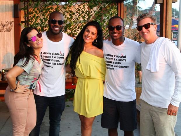 Fernanda Souza, Rafael Zulu, Paloma Bernardi, Thiaguinho e Luciano Huck em festa na Zona Oeste do Rio (Foto: Anderson Borde/ Ag. News)