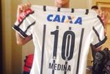 Gabriel Medina recebe a camisa 10 do Corinthians com seu nome nas costas