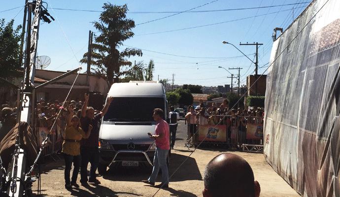 Momento da chegada do seu Pedro das Gerais e dona Rosangêla na entrega da casa em Uberlândia (Foto: Raul Neto)