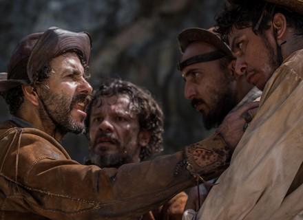 Cícero e capangas espancam Amadeu, suposto affair de Iolanda