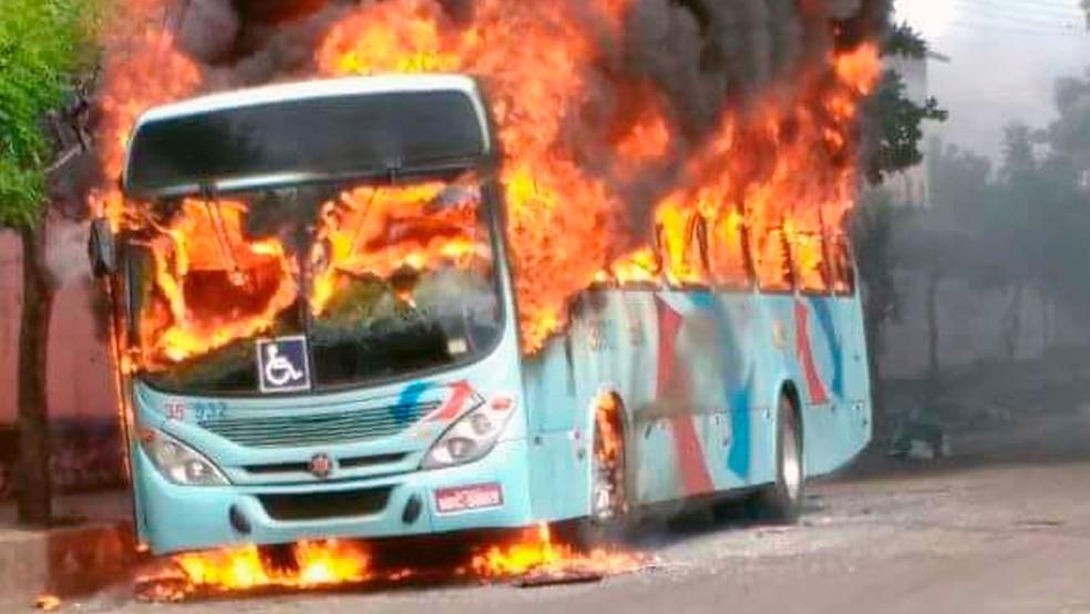 Primeiro ataque a ônibus desta quinta-feira ocorreu por volta das 8h30 no Bairro Vila Velha (Foto: Arquivo pessoal)