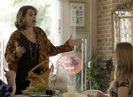 Gilda faz um escândalo ao ver Marisa na churrascaria
