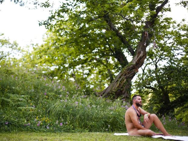 Homem descansa no encontro de naturistas na Itália (Foto: Max Rossi /Reuters)