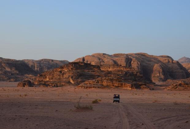 Veículo leva turistas para passeio pelo deserto (Foto: Juliana Cardilli/G1)