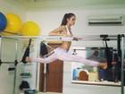 De top, Izabel Goulart faz abertura em aula de pilates
