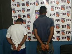 Suspeitos presos pela Polícia Militar nesta segunda-feira (Foto: Toni Francis/G1)