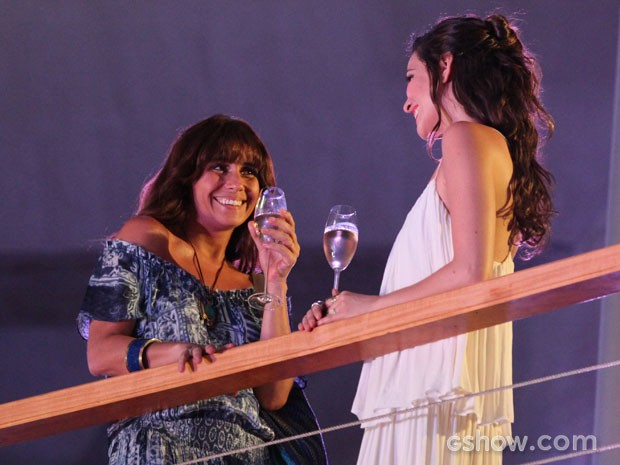 Marina quer conhecer Clara melhor, e a convida para jantar  (Foto: Carol Caminha / TV Globo)