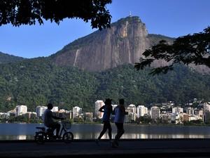 A pista ao redor da Lagoa Rodrigo de Freitas também é um local muito usado para a prática de caminhada e corrida. O espelho d'água também é usado por remadores e praticantes de ski aquático. (Foto: Alexandre Macieira/ Riotur)