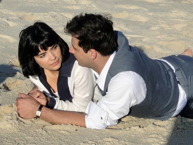 Atores gravam cena romântica de Rômulo e Malvina (Foto: Gabriela / TV Globo)