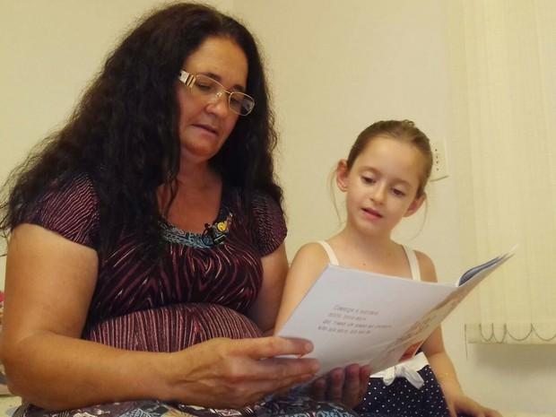 Iniciativa de ensinar a Celanira veio da própria Aline (Foto: Isabel Malheiros/RBS TV)