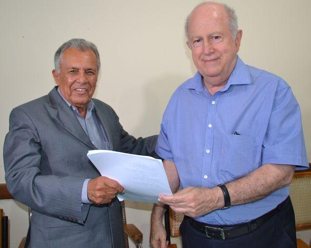 Diretor presidente da TV Sergipe, Albano Franco ao lado do Presidente da Federação Sergipana de Futebol, Carivaldo Souza (Foto: Divulgação / TV Sergipe)
