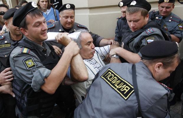 O ex-campeão mundial de xadrez Garry Kasparov foi preso durante julgamento da banda Pussy Riot (Foto: Tatyana Makeyeva/Reuters)