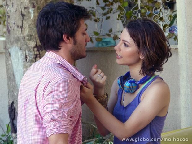 Micaela deixa claro a Martin que está mais forte (Foto: Malhação / TV Globo)
