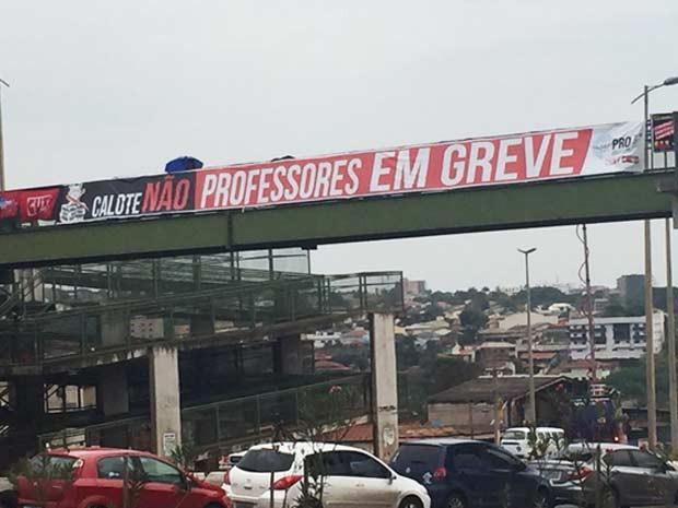 Faixa colocada em viaduto na EPTG em frente à residência oficial do governador, em Águas Claras (Foto: Jéssica Nacimento/G1)
