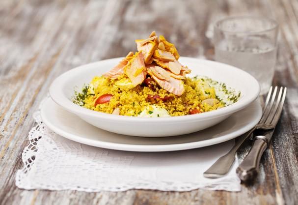 Salada de salmão com couscous: delícia leve que ajuda a manter a boa forma