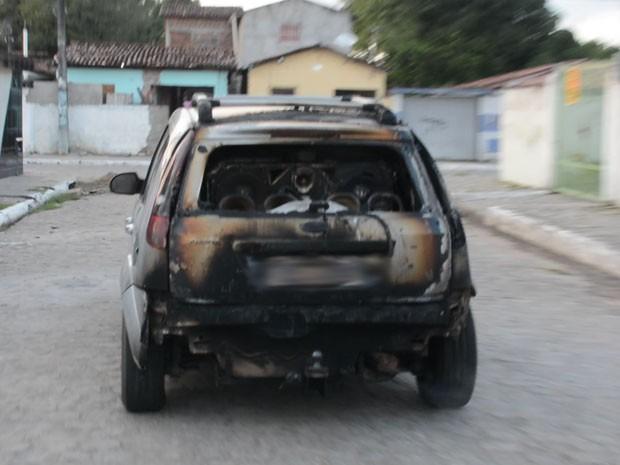 Morador fugiu de casa com partes do carro queimadas na manhã desta sexta em João Pessoa (Foto: Walter Paparazzo/G1)