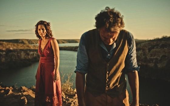 Camila Pitanga numa cena de Velho Chico com Domingos Montagner; ao fundo, o Rio São Francisco, onde o ator despareceu (Foto: Reprodução/ TV Globo)