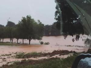 Represa transbordou durante o alagamento (Foto: Reprodução/Facebook)