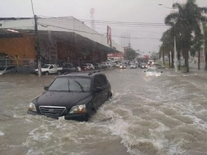 Chuva alaga rua de Laranjeiras, na Serra (Foto: Tatiana Trancoso Martins/ VC no ESTV)