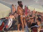 Sheron Menezzes vai à praia com namorado, amigos e irmão
