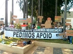 Grupo de professores fazem ato para chamar atenção da população em Piracicaba