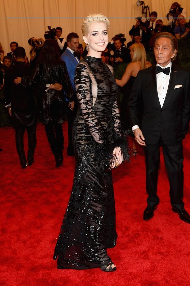 Anne Hathaway no baile do MET (Foto: AFP / Agência)