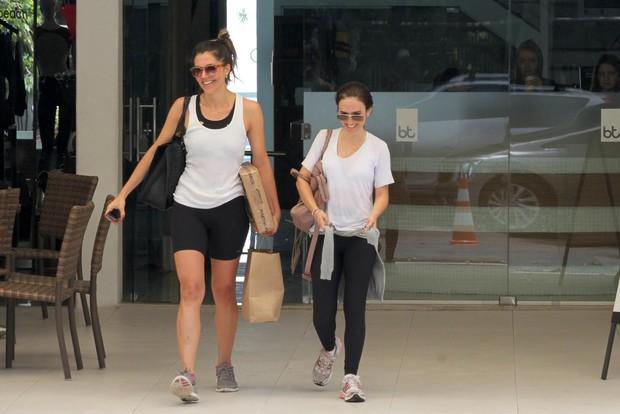 Tata Werneck saindo da academia com amiga (Foto: Wallace Barbosa/AgNews)