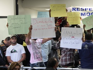 Moradores de Poá fazem manifestação durante sessão na Câmara (Foto: Michel Meusburger/ Câmara de Poá)