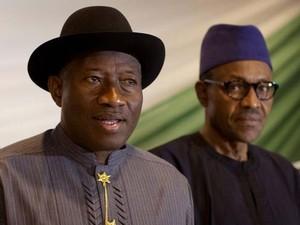 O presidente Goodluck Jonathan ao lado do opositor Muhammdu Buhari em foto de arquivo de 26 de março de 2015 (Foto: AP Photo/Ben Curtis)