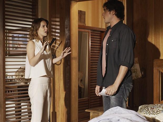Caíque conversa com Laura enquanto ela dá ataque (Foto: TV Globo)