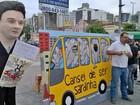 Motoristas e cobradores distribuem sardinha para criticar transporte
