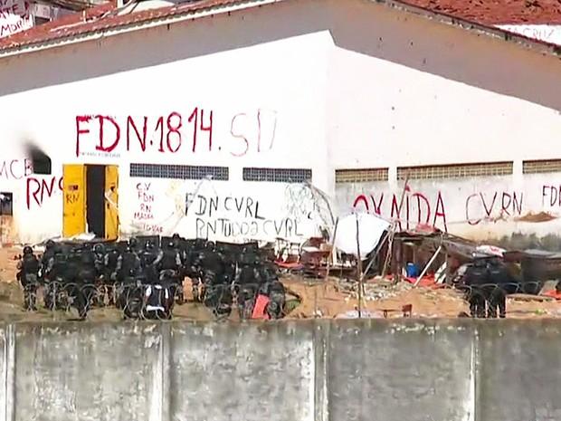 Tropa de Choque invade penitenciária de Alcaçuz, no Rio Grande do Norte (Foto: Reprodução/GloboNews)