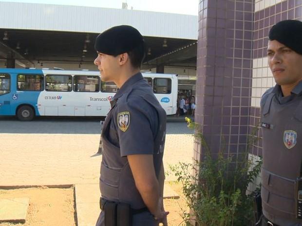 Após greve, dupla de PMs começam a atuar nos terminais de ônibus do Espírito Santo (Foto: Reprodução/TV Gazeta)