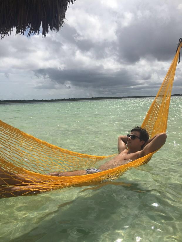 Paulo Dalagnoli relaxa em rede na lagoa do paraíso (Foto: Ego )
