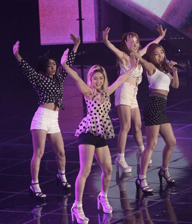Duas integrantes do grupo Ladies' Code morreram após acidente envolvendo van em que eles viajavam (Foto: Ahn Young-joon/AP)